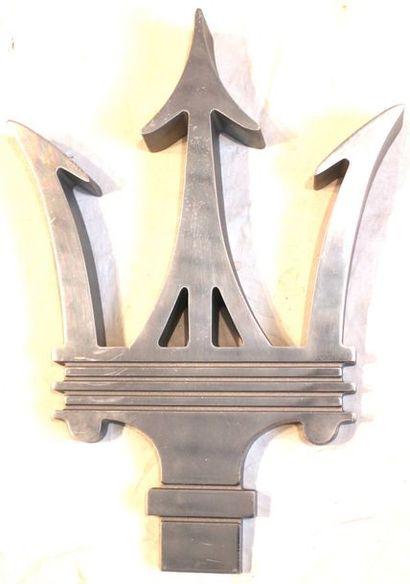 """""""Trident Maserati""""  Trident en métal, destiné à orner les magasins des concessionnaires..."""