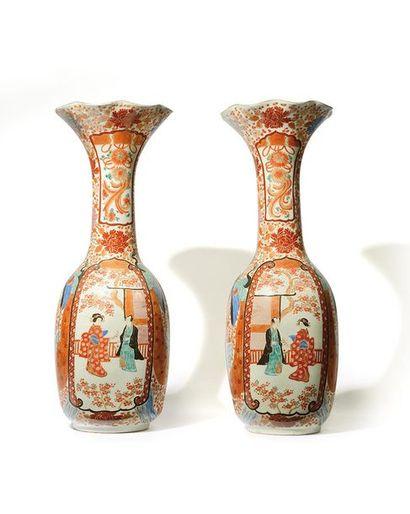 JAPON Paire de grands vases cornet en porcelaine...