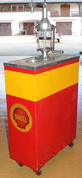 """""""Shell""""  Chariot à huile monopompe, monté sur roues, aux couleurs du pétrolier Shell...."""