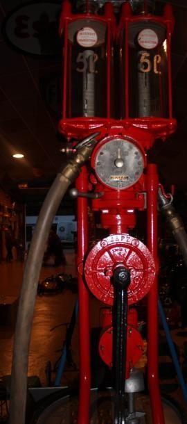 """""""Char Romain - Distributeur d'essence""""  Char de couleur rouge dit romain. Distributeur..."""