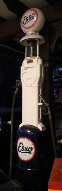 """""""Pompe à essence- Esso""""  Volucompteur manuel pour le pétrolier ESSO. Un seul réservoir..."""