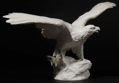 Deux aigles aux ailes déployées en porcelaine...