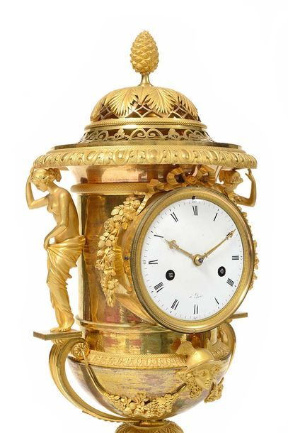 Rare pendule de cheminée en forme de vase couvert Médicis en bronze doré finement...