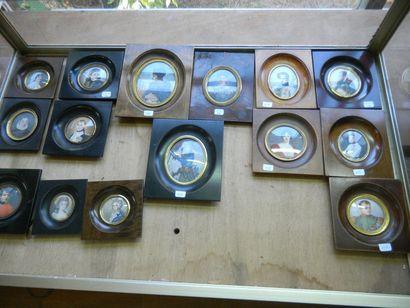 Collection de pendules ; Bronzes ; Régules ; Monnaies Anciennes ; Jouets ; Commode...