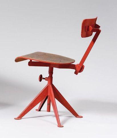 Anciennement attribuée à JEAN PROUVE Chaise d'atelier en fer plié relaqué corail,...