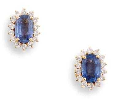 PAIRE DE BOUTONS D'OREILLES  en or jaune 750 millièmes, saphirs et diamants, chaque...