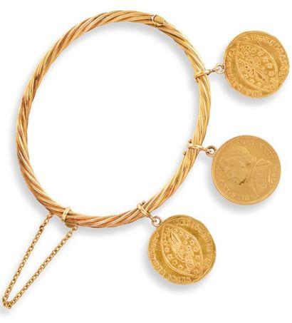 BRACELET JONC  en or jaune 750 millièmes et trois pièces d'or en pampille dont 20...