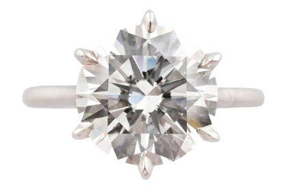 MARCHAK  BAGUE SOLITAIRE  en platine présentant un diamant de taille brillant moderne,...