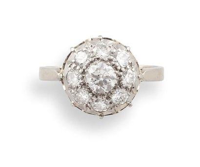 BAGUE  en or gris 750 millièmes, platine et diamants, le chaton ajouré et circulaire...