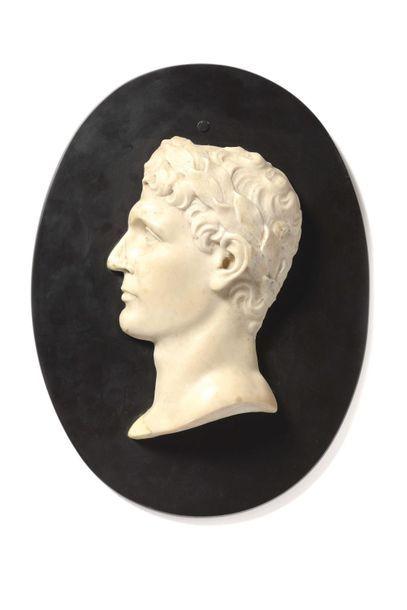 Bas-relief Profil gauche en marbre blanc...