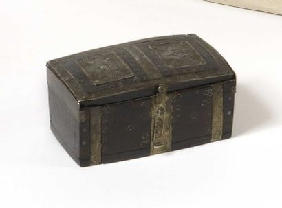 Petit coffre en bois noirci décoré de garnitures...