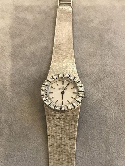 OMEGA  Bracelet montre de femme en or blanc 18K.  Boitier de forme ronde, fond blanc....