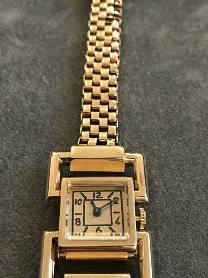"""BOUCHERON """"Attribué à""""  Très élégante montre bracelet de dame vers 1940 en or rose..."""