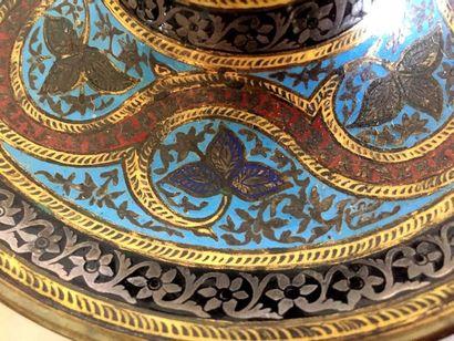 ENCRIER circulaire en bronze cloisonné Fin XIXème siècle Haut : 10 cm (enfoncement...