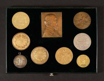 Plateau de 9 médailles : - Quatre médailles...