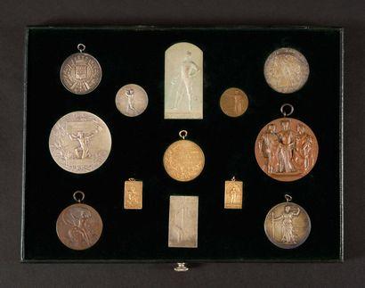 Plateau de 13 médailles : - Société de tir...