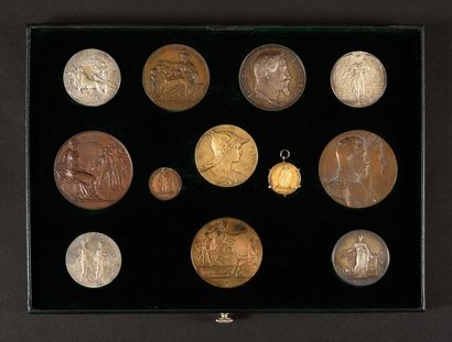 Plateau de 12 médailles. - Deux médailles...