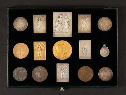 Plateau de 15 médailles. - Société d'escrime...