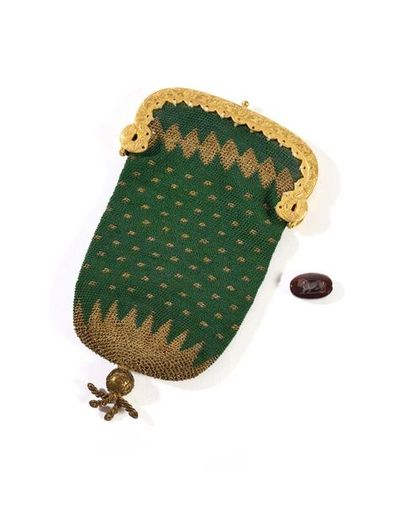 Petite bourse de dame, en fils dorés et vert....