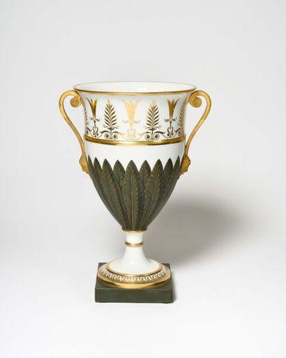 PARIS Vase en porcelaine reposant sur un...