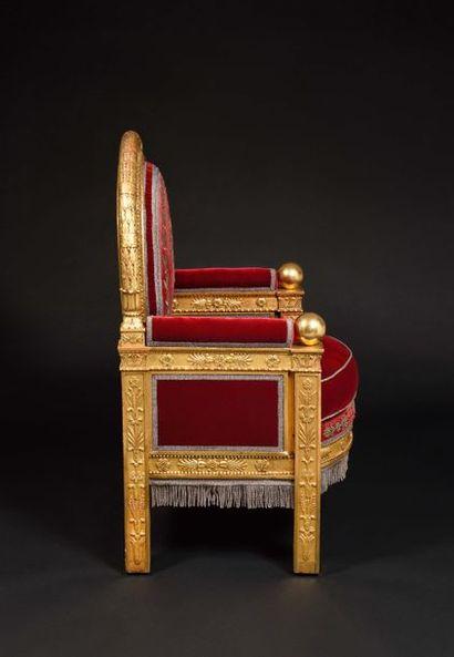 «Fauteuil de trône» Impérial   à large dossier médaillon en bois redoré, richement...