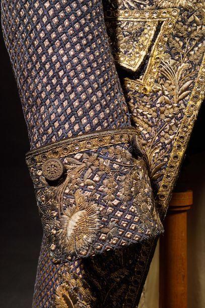 Bel habit de cérémonie en velours broché violet, entièrement brodé d'un damier de...