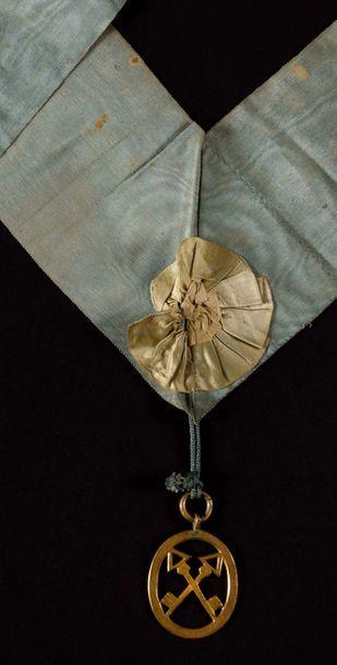 Sautoir de Trésorier En soie moirée bleu ciel, fermant par deux crochets, orné d'une...