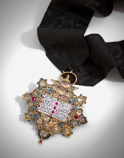 Médaillon en or jaune, diamants, rubis et émail polychrome, ajouré dessinant un...