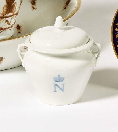 SEVRES Pot à sucre couvert en porcelaine...