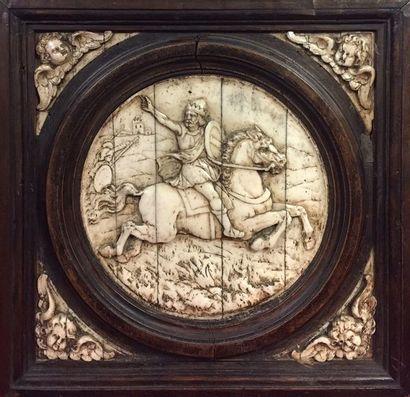 PANNEAU en os sculpté en bas-relief avec...