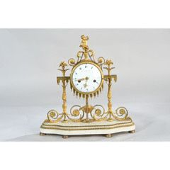 PENDULE en marbre blanc et bronzes dorés....