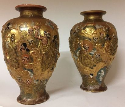 JAPON   Paire de vases en faïence de Satsuma...