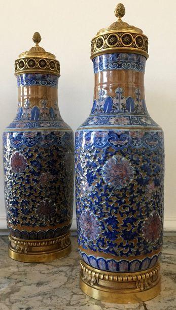 CHINE Paire de grands vases montés en porcelaine...