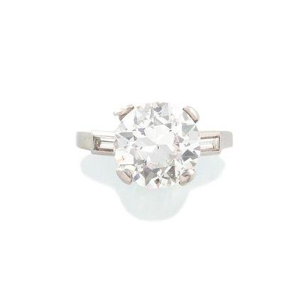 BAGUE SOLITAIRE en platine présentant un diamant de taille brillant ancienne de...