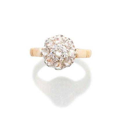 BAGUE en or jaune 750 millièmes et neuf diamants...