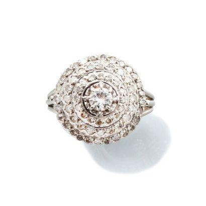 BAGUE DÔME en or gris 750 millièmes et diamants,...