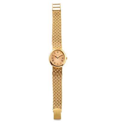 PIAGET vers 1980  Montre bracelet de femme en or jaune .  Boîtier ovale en or jaune...