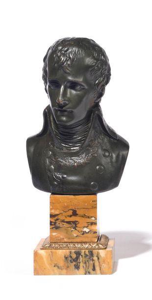 CARTE LLIER , d'après. « Le Premier Consul Bonaparte. » Buste en bronze patiné sur...