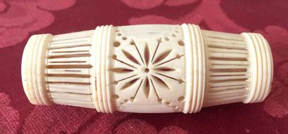 JAPON Boite à grillons en ivoire sculpté...