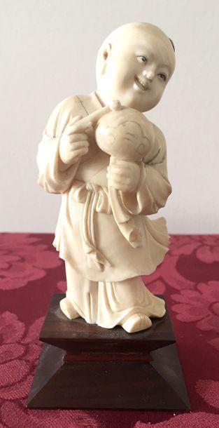 JAPON Enfant bouddha en ivoire sculpté. Socle...