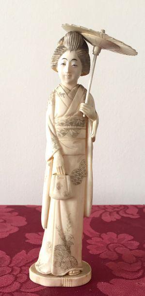 JAPON Sujet en ivoire représentant une geisha...