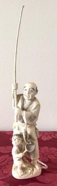 JAPON Sujet en ivoire représentant un pêcheur...