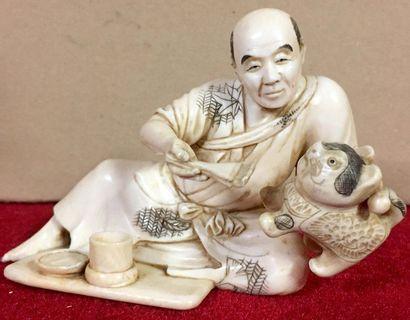 JAPON Okimono en ivoire représentant un personnage...