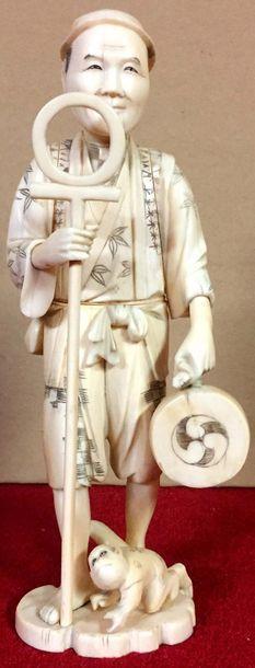JAPON Okimono en ivoire représentant un montreur...