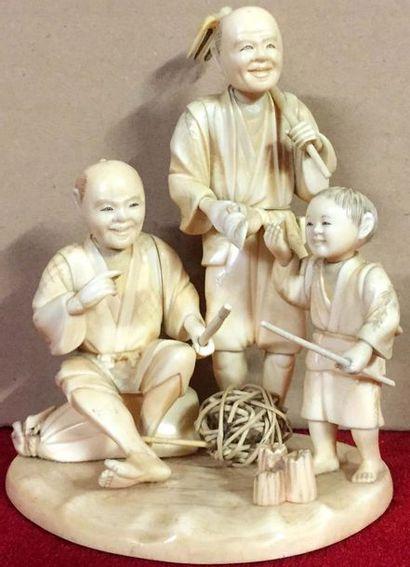 JAPON Groupe en ivoire représentant deux...