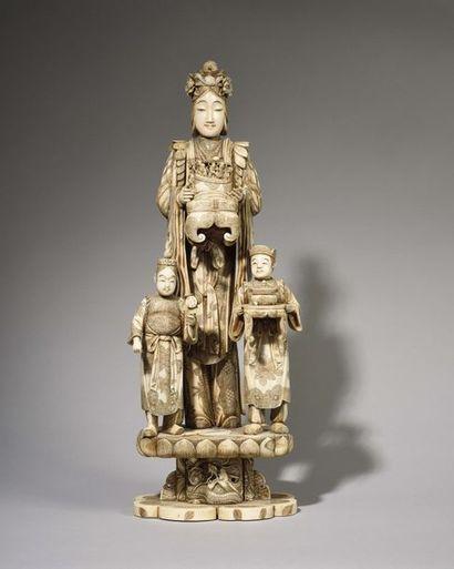 Important GROUPE (okimono) en ivoire et os...
