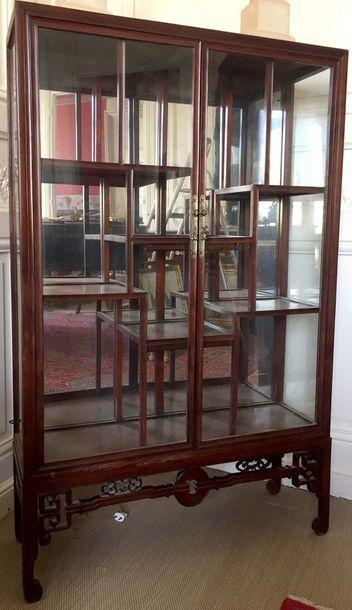VITRINE en bois de fer à cages de verre ouvrant...