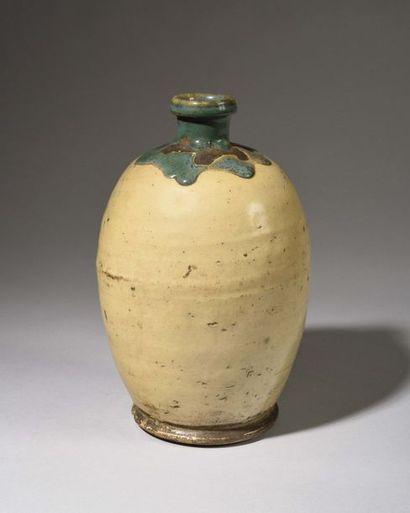 JAPON - Bouteille de forme ovoïde en grès...