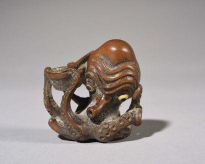 JAPON : Rare netsuké en bois sculpté représentant...