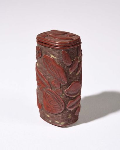 JAPON : HAKO-NETSUKE en bois laqué rouge,...